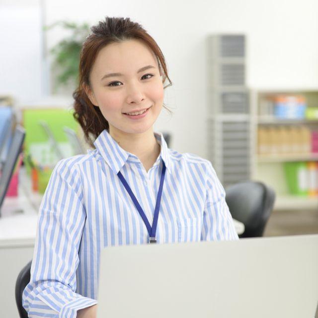 記事コンテンツ優先のECサイト構築サービス「EC-WAY」をお勧めする女性の写真